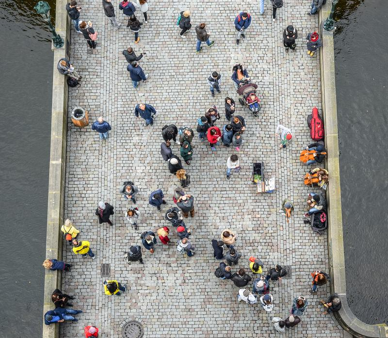 Hoogste mening over menigte, brug en rivier Mensen die Charles Bridge in Praag lopen stock afbeeldingen