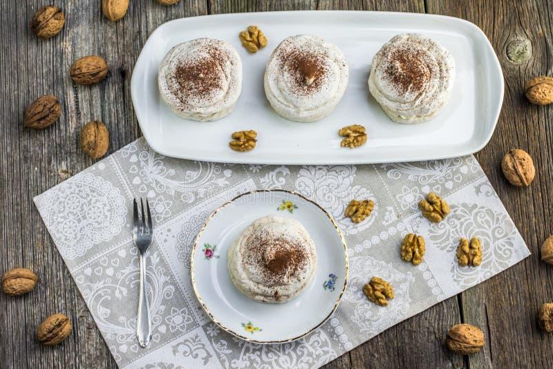 Hoogste Mening over Okkernotenschuimgebakjes met cacao op witte raad met voor royalty-vrije stock foto
