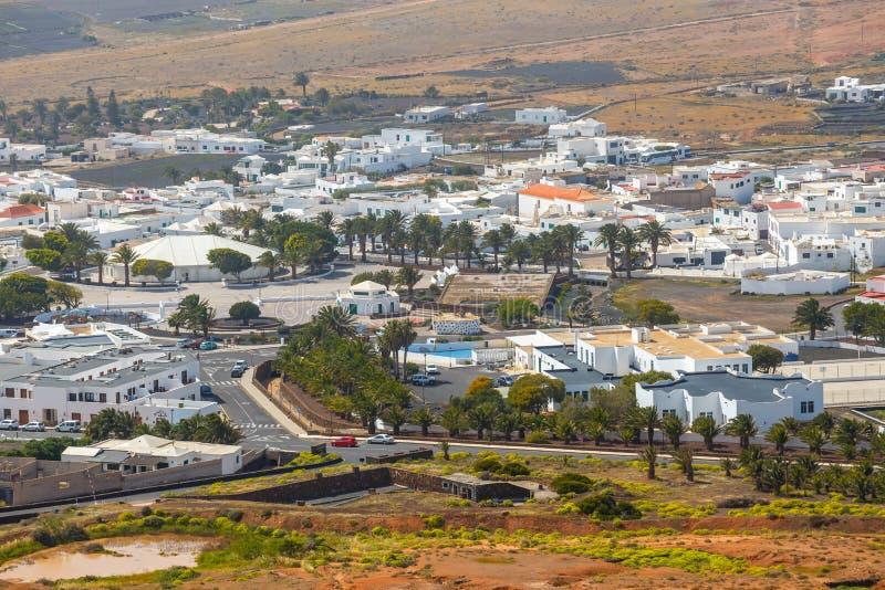 Hoogste mening over Teguise stad van Kasteelheuvel op Lanzarote stock foto's
