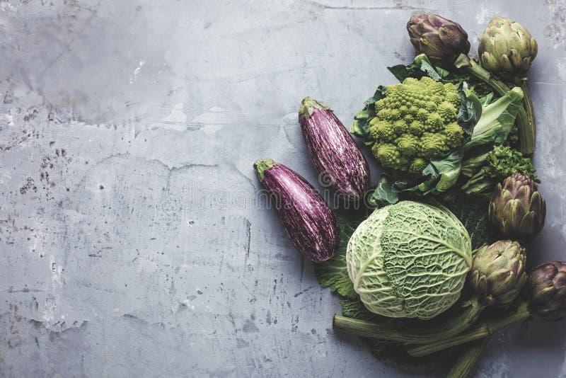 Hoogste mening over verse die groenten rond grens op grijze keukencountertop worden geschikt stock foto