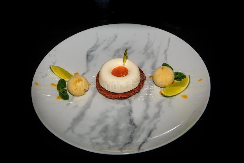 Hoogste mening over witte minimoussecake met roomijs en kalk royalty-vrije stock afbeeldingen