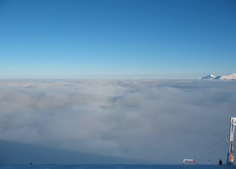 Hoogste mening over wolkendekking in de bergen Bergpieken en skilift In de Karpaten in de Oekraïne royalty-vrije stock foto