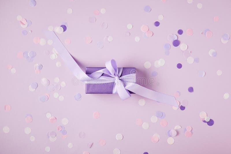 hoogste mening van één violette huidige doos en confettienstukken op oppervlakte royalty-vrije stock foto's