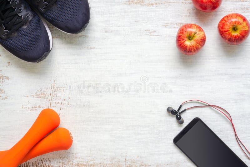Hoogste mening van Actief gezond fitness en traininglevensstijlconcept als achtergrond, sport shotes, domoren, smartphone en appe stock foto's