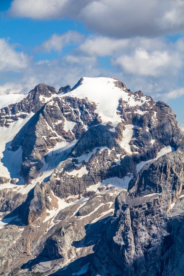 Hoogste mening van alpien landschap zoals die van van Zuid- sass Pordoi Tirol, Dolomietbergen, met Marmolada-bergoogst wordt gezi royalty-vrije stock afbeeldingen