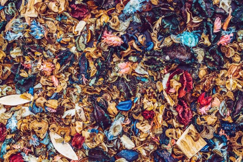 Hoogste mening van aromatherapy welriekend mengsel van gedroogde bloemen en kruidenmengeling van de droge aromatische achtergrond royalty-vrije stock fotografie