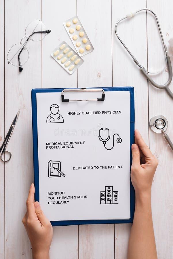 Hoogste mening van artsenbureau met medische apparatuur bij kliniek/het ziekenhuis Stethoscoop, voorschriftklembord en fles van p stock foto