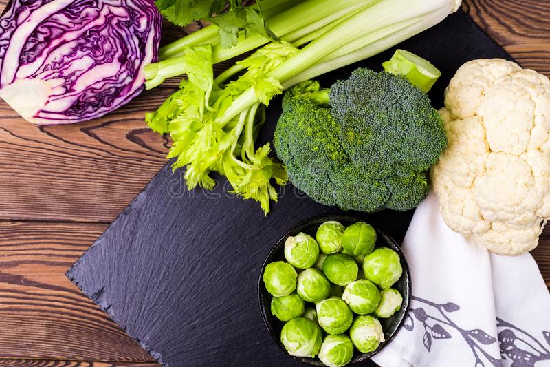 Hoogste mening van assorti van kool, broccoli, bloemkool, Spruitjes en Schotse boerenkool - het concept een gezonde voeding plaat royalty-vrije stock afbeelding