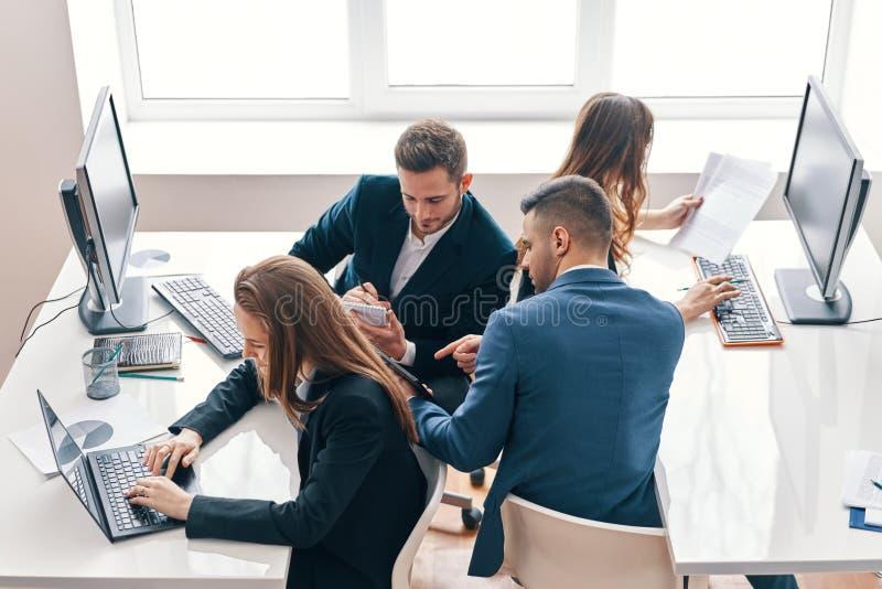 Hoogste mening van bedrijfsmensen die in modern bureau in een team werken royalty-vrije stock afbeelding