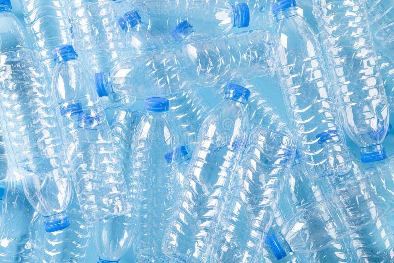 Hoogste mening van blauwe plastic flessenachtergrond Recycleer en de Dagconcept van het Wereldmilieu royalty-vrije stock foto