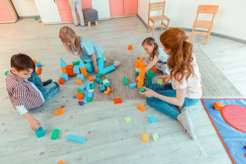 Hoogste mening van blije gelukkige kinderen die samen spelen royalty-vrije stock afbeelding