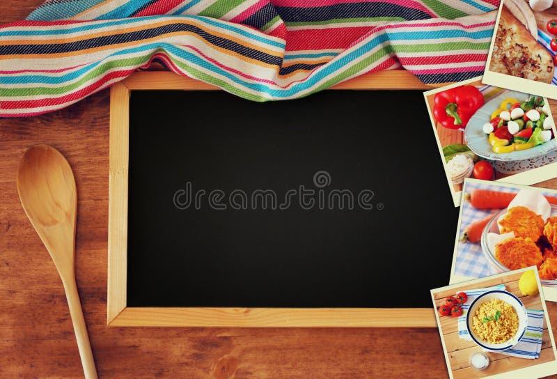 Hoogste mening van bord en houten lepel over houten lijst en collage van foto's met diverse voedsel en schotels royalty-vrije stock afbeeldingen