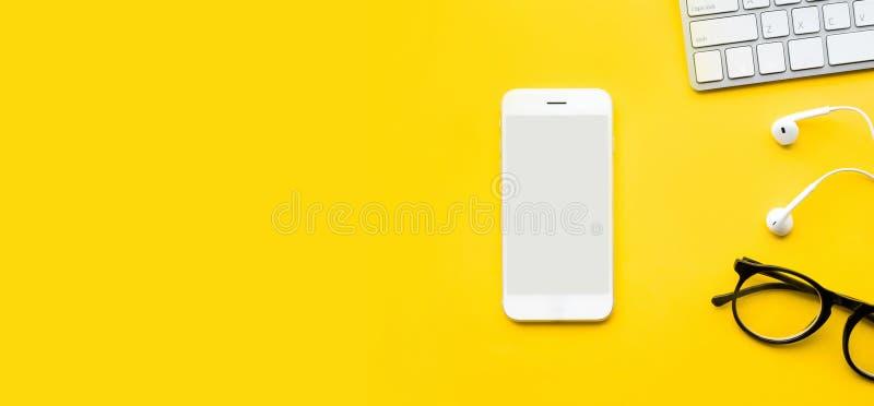Hoogste mening van bureaulijst met spot op smartphone stock foto's