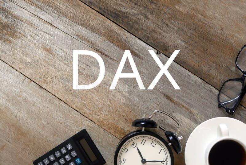 Hoogste mening van calculator, klok, een kop van koffie, zonnebril op houten die achtergrond met DAX wordt geschreven royalty-vrije stock foto's