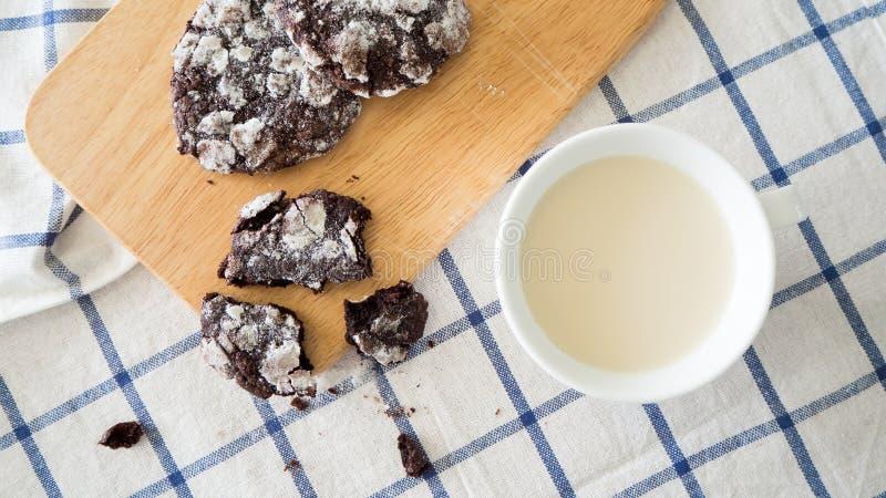 Hoogste mening van chocoladekoekjes en een kop van melk royalty-vrije stock foto