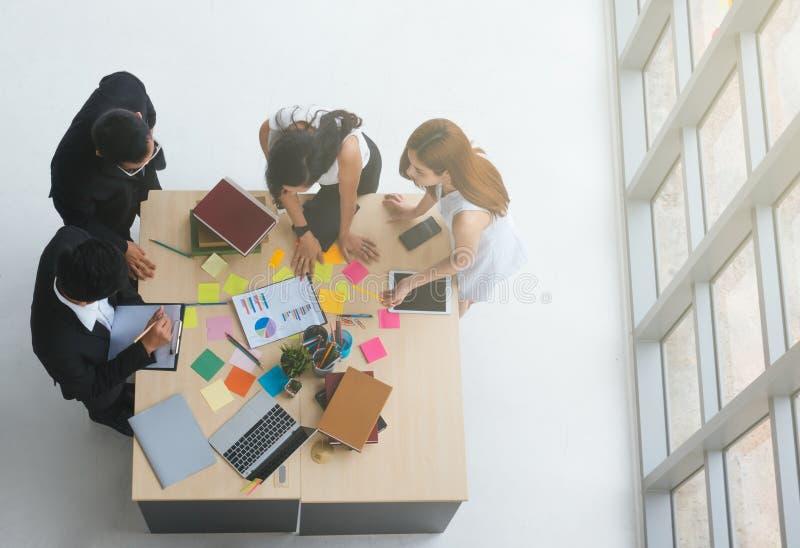 Hoogste mening van commerciële teammensen die conferentiebespreking collectief in bureau ontmoeten royalty-vrije stock fotografie