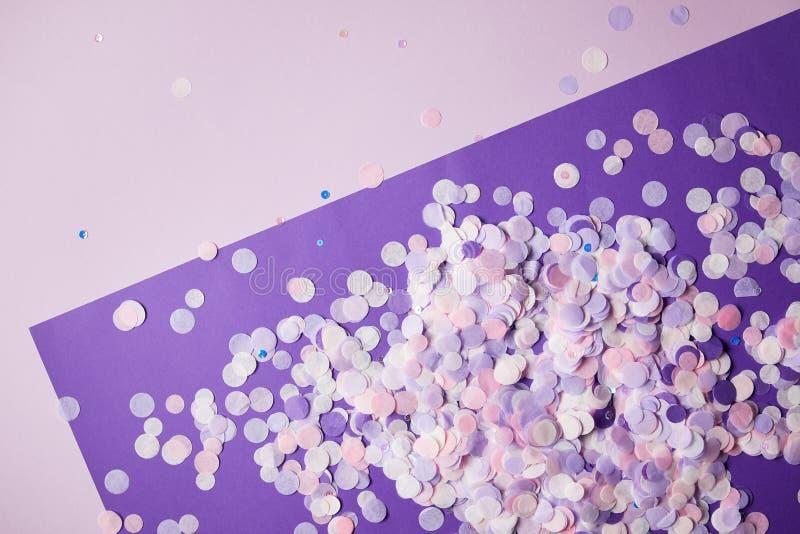 hoogste mening van confettienstukken op violette en donkere violette oppervlakte royalty-vrije stock afbeeldingen
