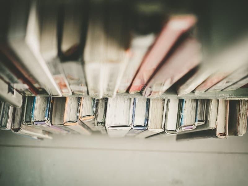 Hoogste mening van de boeken op de bibliotheekplanken royalty-vrije stock foto's