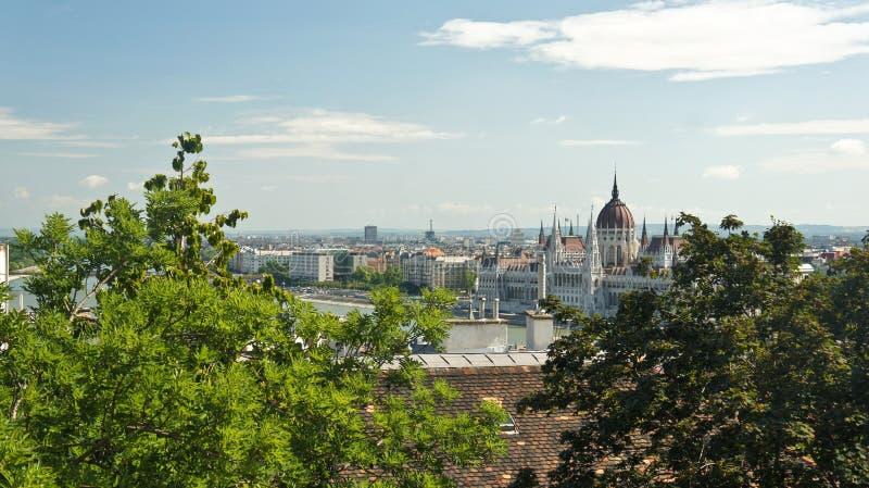 Hoogste mening van de daken en het Hongaarse Parlement op de bank in Boedapest, zonnige dag, Hongarije stock fotografie