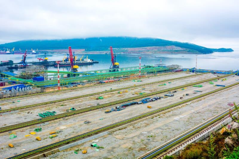 Hoogste mening van de haven, vele verschillende hanen en het overbelasten van steenkool, een grote zeehaven stock foto's