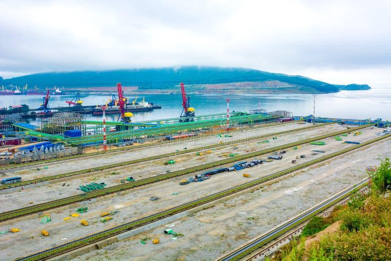 Hoogste mening van de haven, vele verschillende hanen en het overbelasten van steenkool, een grote zeehaven stock afbeelding