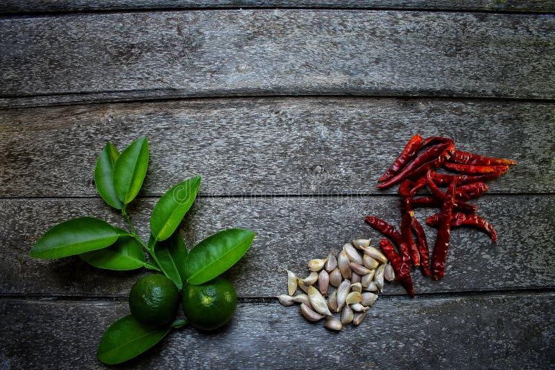 Hoogste mening van van de het knoflookcitroen van de kruidenspaanse peper het groene blad op de uitstekende houten achtergrond va stock fotografie