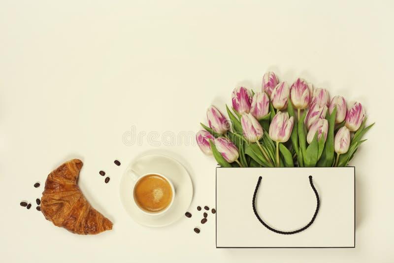 Hoogste mening van de lentebloemen, koffie en croissant royalty-vrije stock foto
