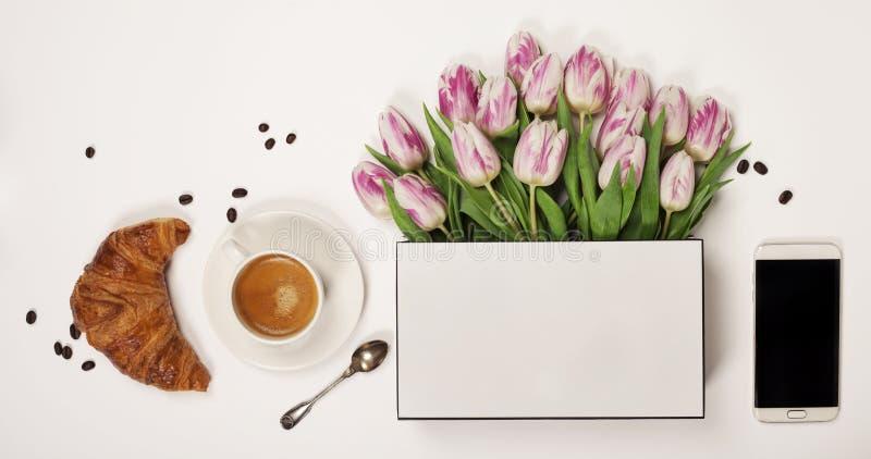 Hoogste mening van de lentebloemen, koffie, mobiele telefoon en schoonheidsmiddelen stock afbeelding