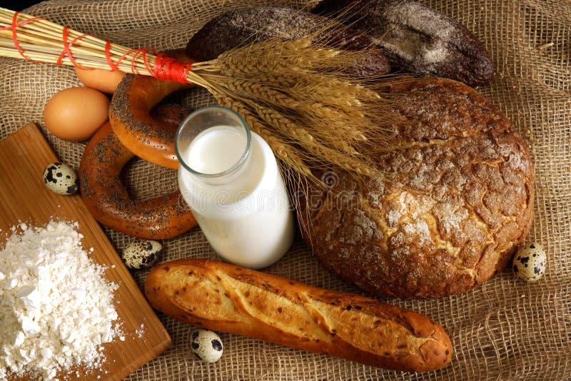 Hoogste mening van de lijst met brood, melk, bloem en eieren, voorbereiding voor ontbijt in de bakkerij royalty-vrije stock foto's