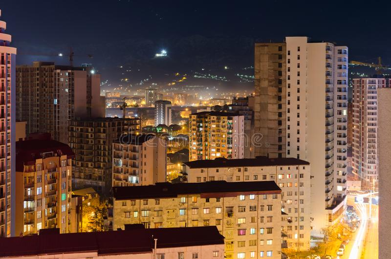 Hoogste mening van de nachtstraat van de stad van het slaapgebied van Batumi met high-rise gebouwen, licht van huisvensters stock afbeeldingen