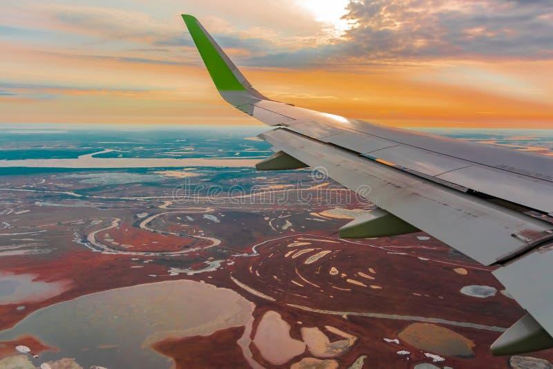 Hoogste mening van de noordelijke toendra van de vliegtuigenpatrijspoort royalty-vrije stock fotografie