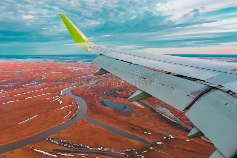 Hoogste mening van de noordelijke toendra van de vliegtuigenpatrijspoort stock afbeeldingen