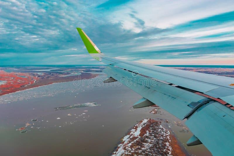 Hoogste mening van de noordelijke toendra van de vliegtuigenpatrijspoort royalty-vrije stock afbeeldingen