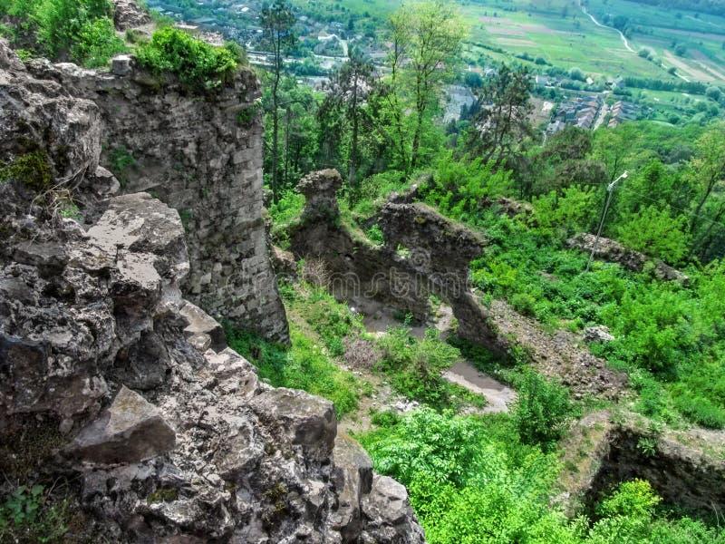 Hoogste mening van de oude ruïnes van de vesting, het bos, en small-town Khust weg royalty-vrije stock fotografie