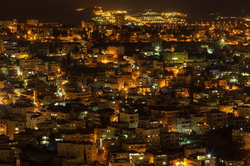 Hoogste mening van de oude stadslichten en de gebouwen - Nazareth in de nacht stock afbeeldingen