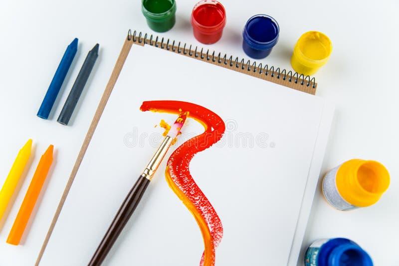 Hoogste mening van de pagina's van het kunstalbum, borstels en tekeningskleurpotloden royalty-vrije stock afbeeldingen