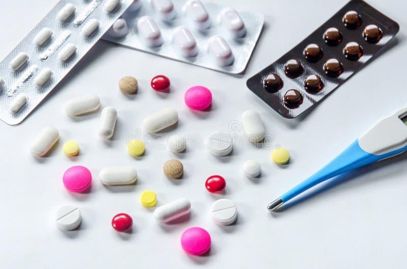 Hoogste mening van de pillen op de witte achtergrond, Pak van tabletdrug en capsulepillen op de vloer stock foto