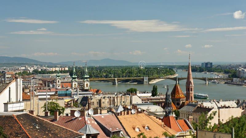 Hoogste mening van de de rivier en daken van Donau in Boedapest, zonnige dag, Hongarije stock foto