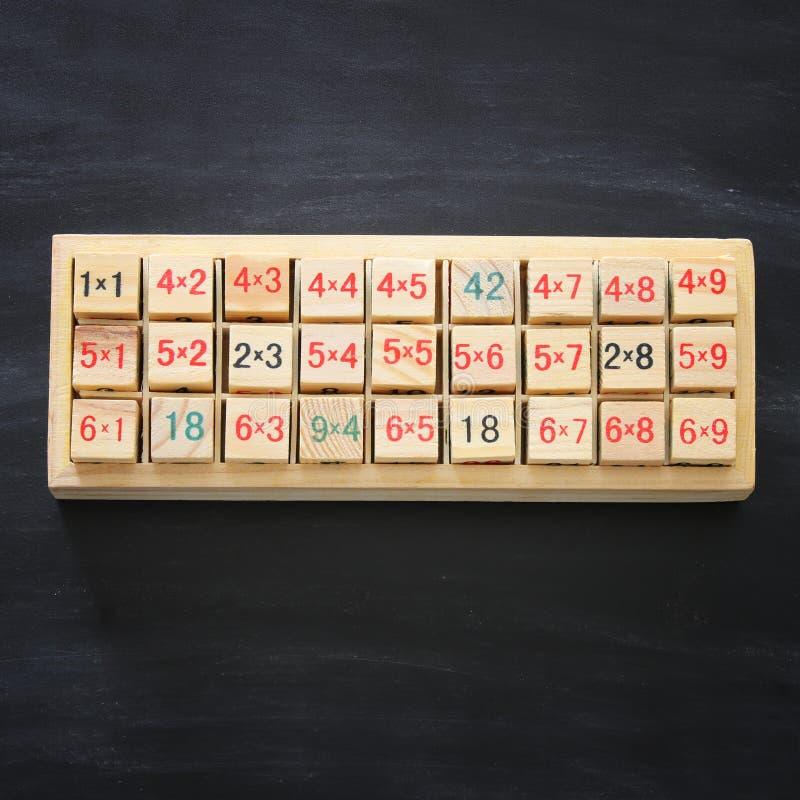 Hoogste mening van van de van de schoolvermenigvuldiging, aftrekking en verbinding oefeningen over houten blokkenspel royalty-vrije stock fotografie
