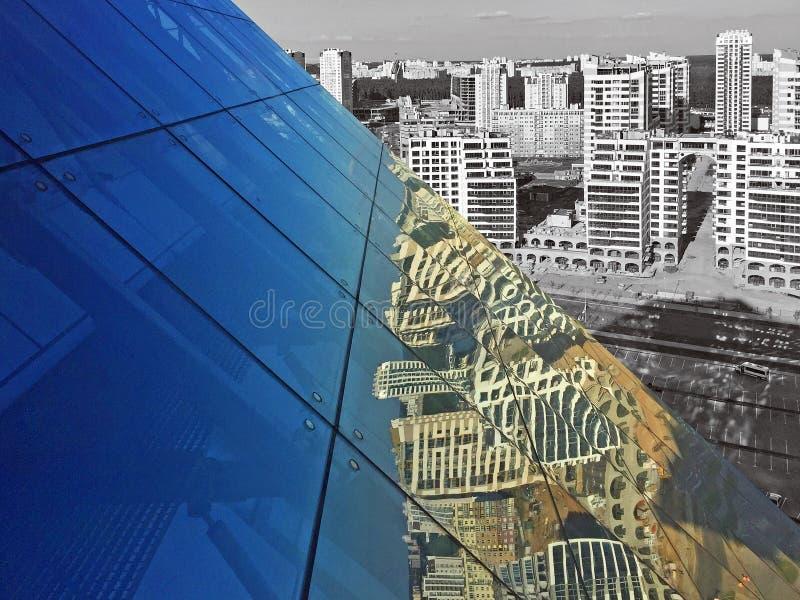 Hoogste mening van de stad van Minsk van het dak van de nationale bibliotheek van Wit-Rusland en de bezinning van huizen op het g stock foto's