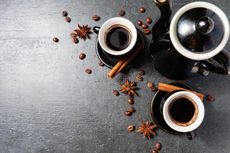 Hoogste mening van de stoom van de koffiemok, anijsplantster en pijpjes kaneel hoogste mening stock afbeeldingen