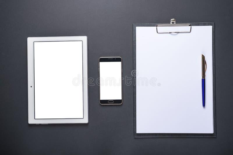 Hoogste mening van de tablet, smartphone, en het notitieboekje op de Zwarte Zee royalty-vrije stock foto