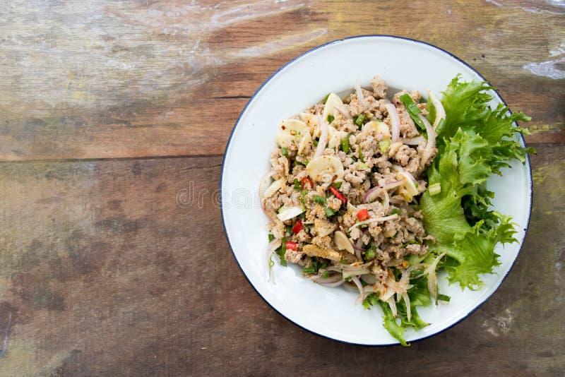 Hoogste mening van de Thaise salade van het voedsel kruidige fijngehakte varkensvlees op houten achtergrond royalty-vrije stock foto