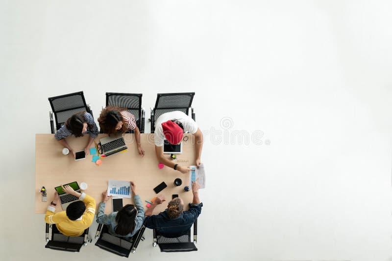 Hoogste mening van diverse mensen van creatieve teamgroep die smartphone, mobiele telefoon, tablet en computerlaptop met behulp v royalty-vrije stock foto