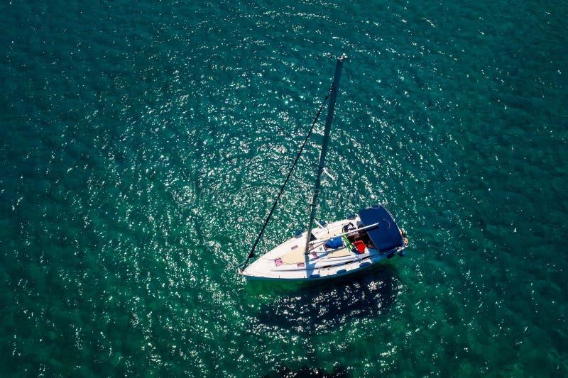 Hoogste mening van een boot die bij de oceaan in Chalkidiki, Griekenland varen royalty-vrije stock afbeeldingen