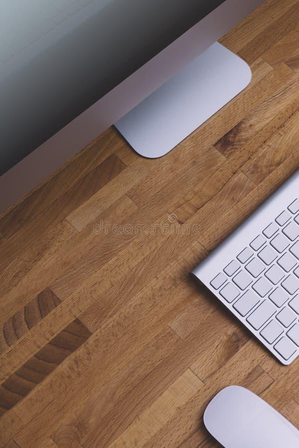 Hoogste mening van een computermonitor met het leeg scherm op een zuivere witte achtergrond van een bakstenen muur en een toetsen stock foto