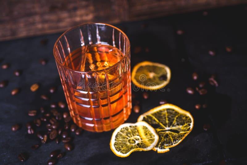 Hoogste mening van een drank met ijs in een kristalglas royalty-vrije stock afbeeldingen