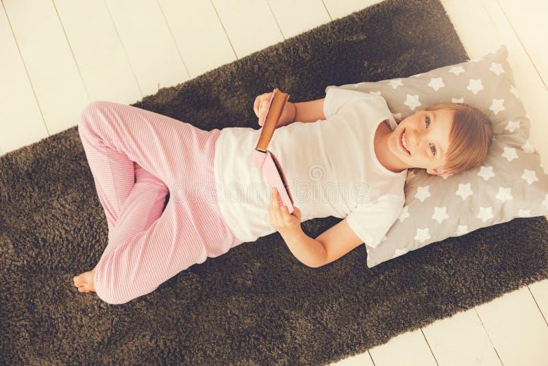 Hoogste mening van een gelukkig mooi meisje die thuis rusten stock foto