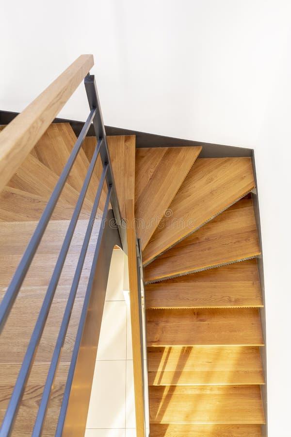 Hoogste mening van een houten trap met wit muur en metaaltraliewerk stock foto