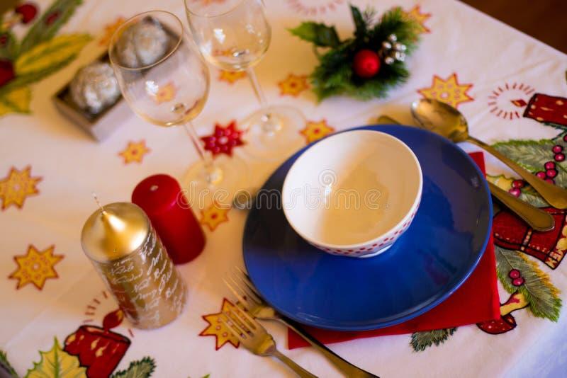 Hoogste mening van een Kerstmislijst met aardewerk, kaarsen en decoratie op tafelkleed stock foto's